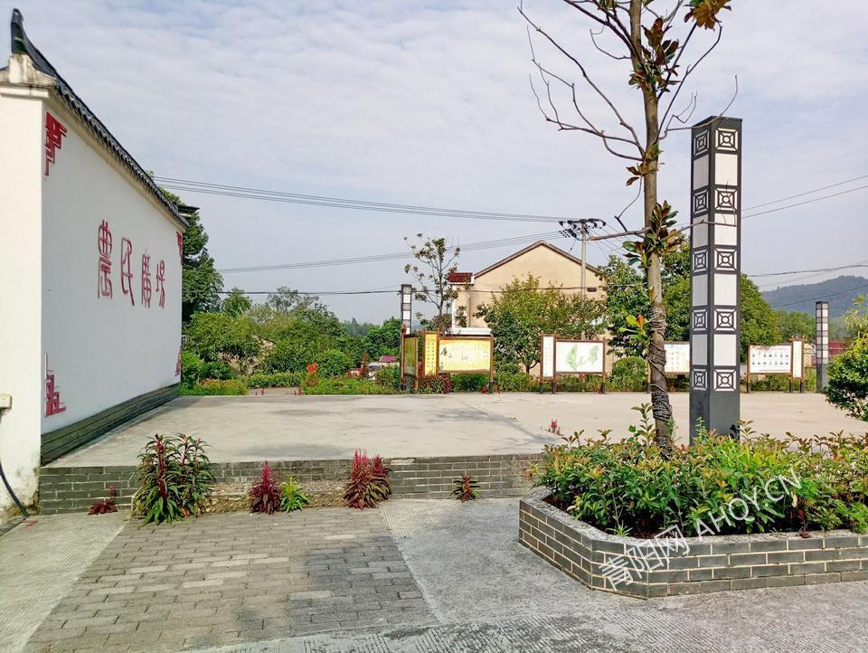 新河镇十里岗村法治文化广场.jpg